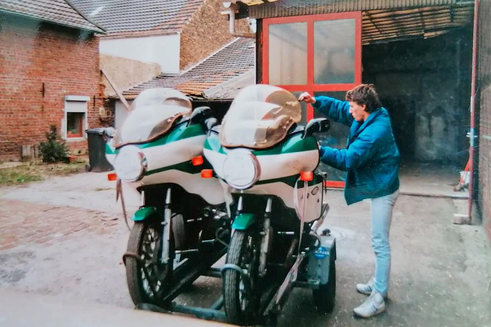 Michael Kantert mit ersteigerten Polizeimotorraedern
